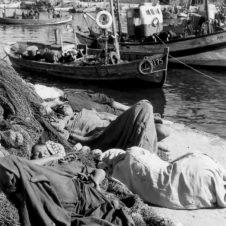Agadir scènes vie enfants port sieste sommeil allongés filets fatigue soleil dormir