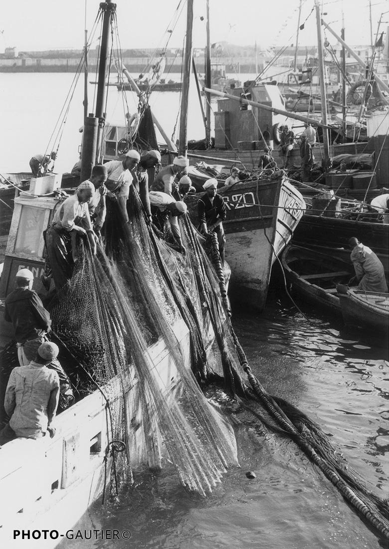 Agadir scènes vie bateau pêche port filets efforts tirer pêcher poissons travail sortir