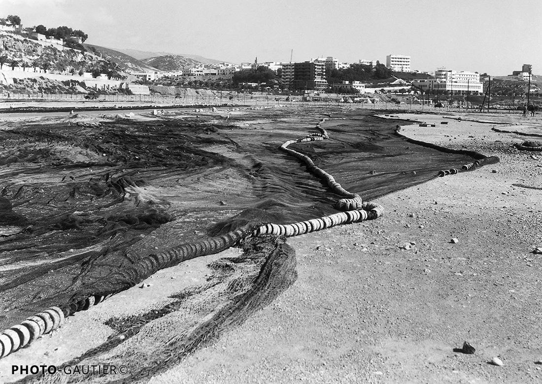 Agadir port pêche préparation réparation étendus sol flotteurs terre