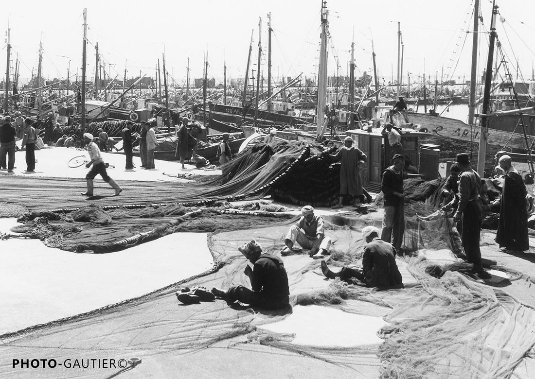 Agadir scènes vie port travaux pêche marins pêcheurs reprises assis voiliers mâts pieds raccommoder