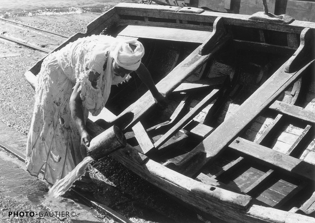 Agadir scènes vie port barque déchiré haillons écoper bois vider bois