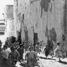 Agadir scènes vie rue sortie école coranique maître façade décrépie course