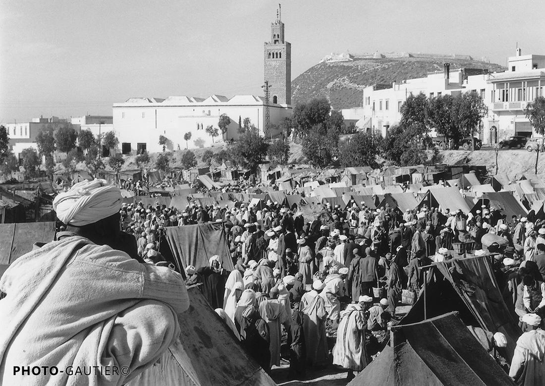 Agadir Souk foule minaret casbah observateur tentes soleil