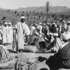 souk marché aux grains hommes assis debout paniers rozza djellabas sacs
