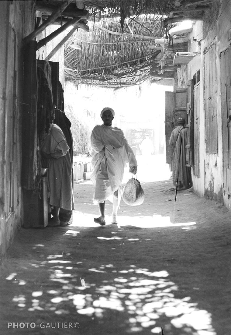 souk Souss Taroudant ruelle ombre lumière claie transparence homme main