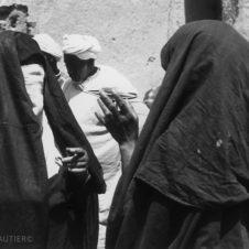 photo de deux femme voilée discutant dans un souk