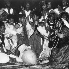 poto d'une cérémonie avec musique et danse