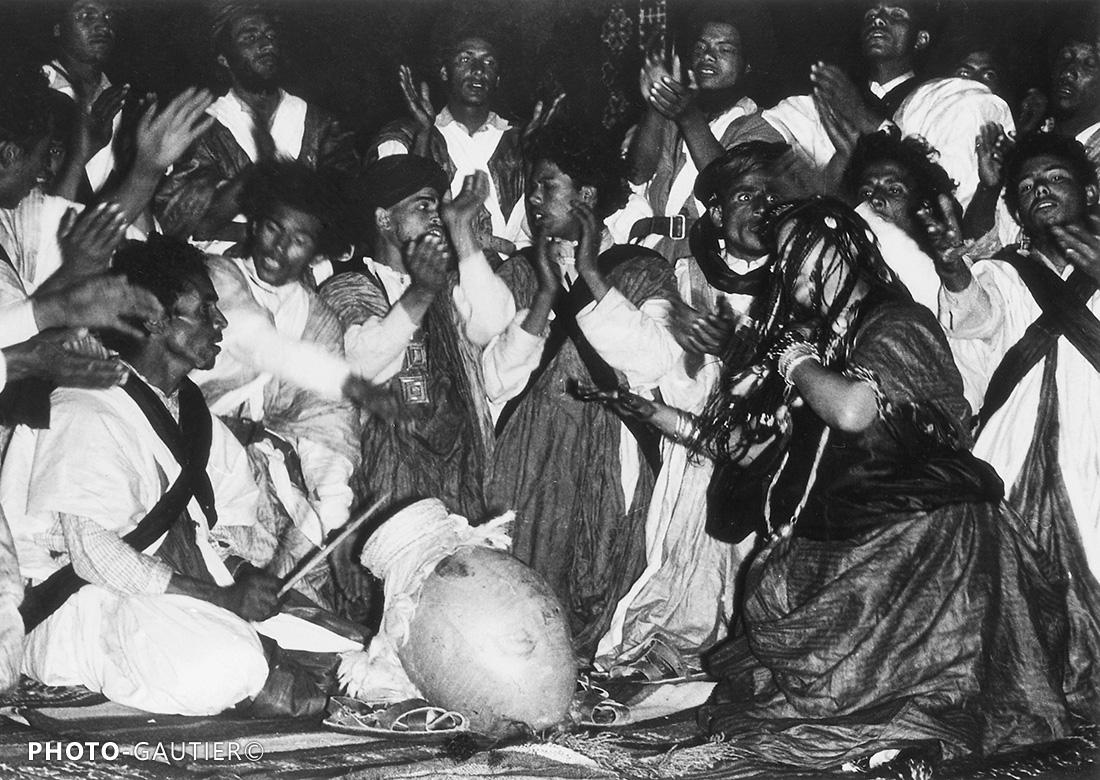 scènes de vie danseuses fête cérémonie mains doigts danse bijoux musique sahraoui cruche naggar maghzilain youyous