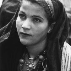 portrait d'une jeune femme avec des bijoux berbère