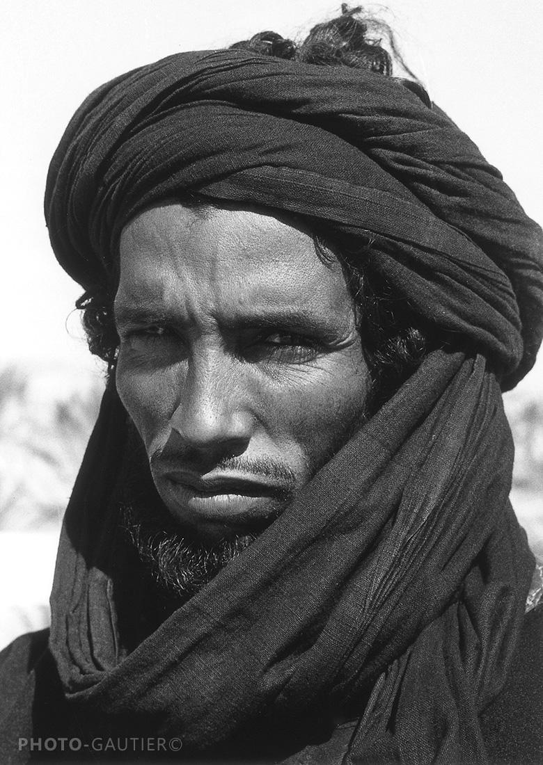 portrait visage farouche chèche bleu touareg