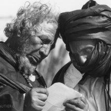 photo de deux hommes penchés sur une lettre