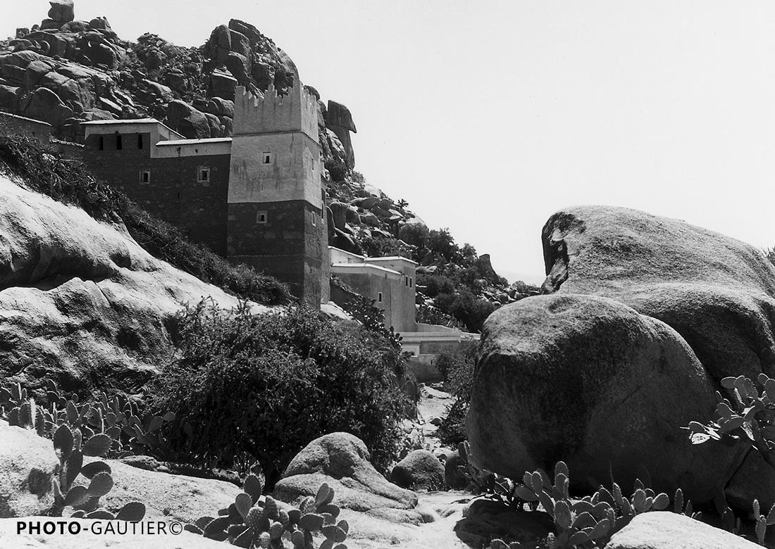 paysage campagne village rochers remparts cactus broussailles maison fortifiée