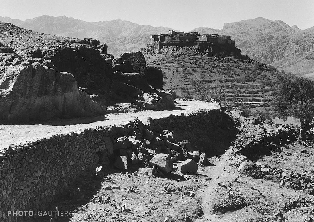 paysage piste route surélevée campagne village fortifié cultures terrasses murets antiatlas montagne éboulement