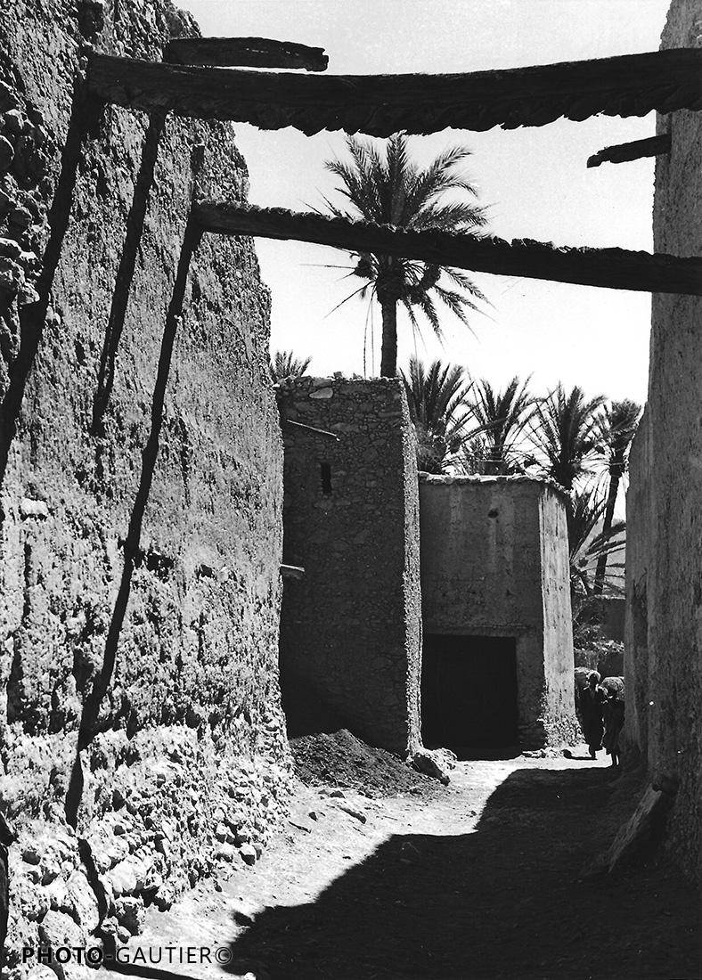 paysage scènes de vie village rue pisé murs poutres