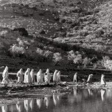 photo d'une traversé de marcheur dans un paysage montagneu
