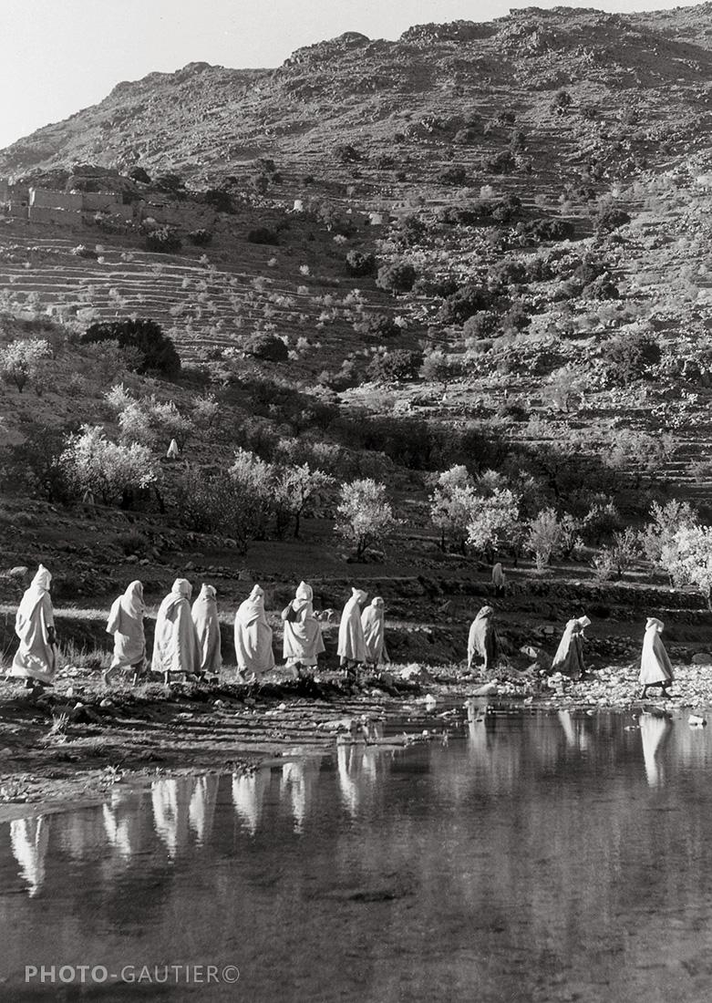 paysage route procession traversée reflets eau oued riche amandiers encapuchonné