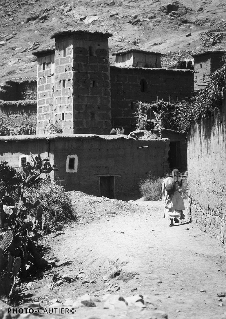 village entrée remparts femme cruche eau cactus figuier barbarie marche