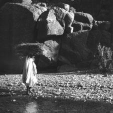 paysage des gorges de Todgha avec une personne portant du bois