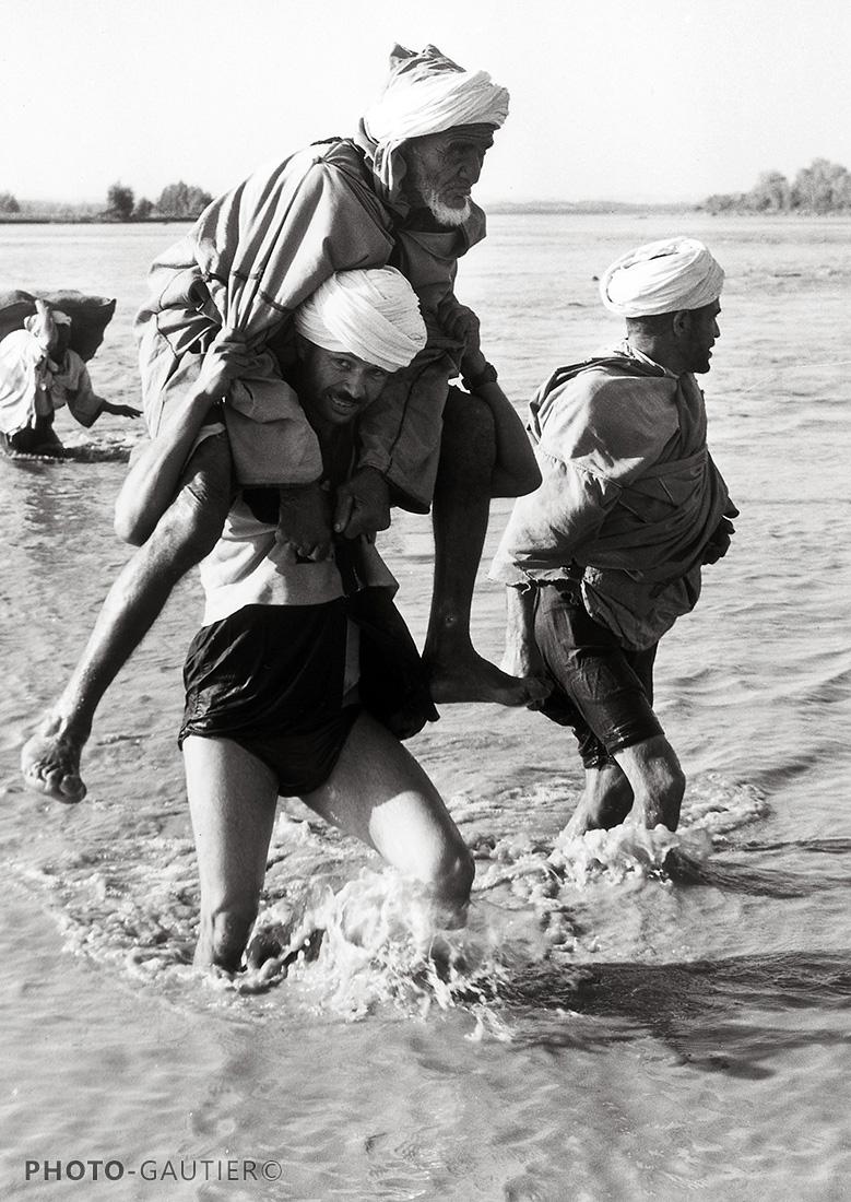 Souss et Taroudant fleuve califourchon ferry turban genoux épaules jeune vieux entraide traversée