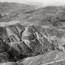 paysage de montagne du maroc avec une route.