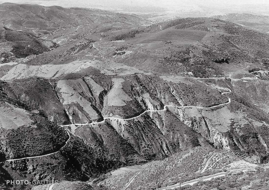 paysage route montagne lacets aride atlas