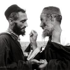 portrait de deux homme juifs entrain de converser.
