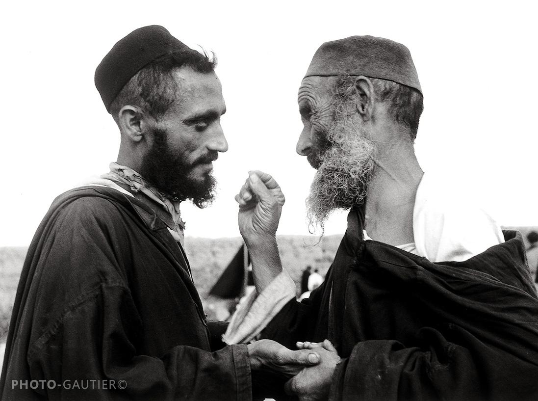 portrait communauté juive homme transaction mains poing barbe jeune vieux conseils tarbouche