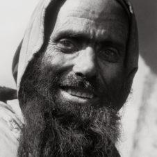 portrait d'un homme berbère au grand sourire.