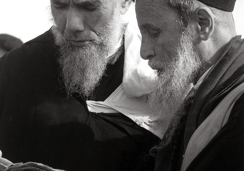 phtographie de deux hommes juifs lisant sur le même livre