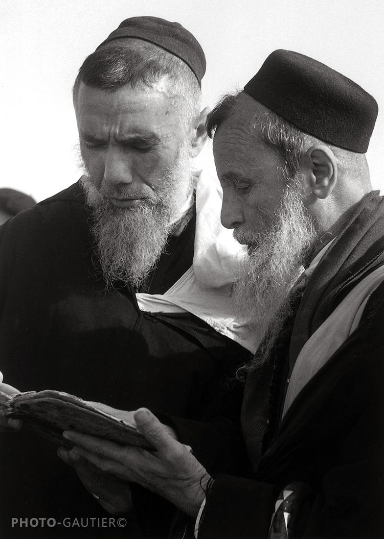 portrait communauté juive lettré hommes livre concentration recueillement études texte tarbouche