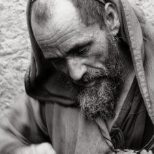 portrait en gros plan d'un artisan juif qui travail