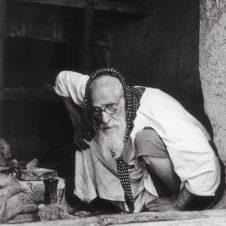 portrait portrait d'un artisan juif barbu sur le point de se lever