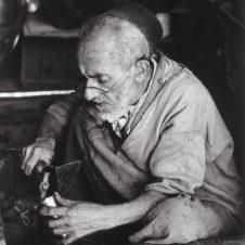 portrait d'un artisan juif travallant au marteau