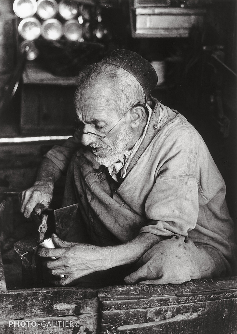 portrait communauté juive ferblantier lunettes jambes croisées martau casseroles artisan