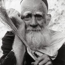 portrait en gros plan d'un vieillard juif qui tient un chasse-mouche
