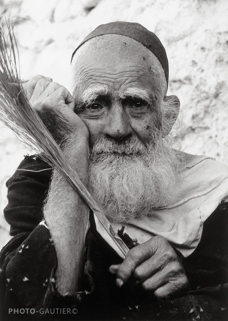 portrait communauté juive artisan vieil homme chasse-mouche regard barbe