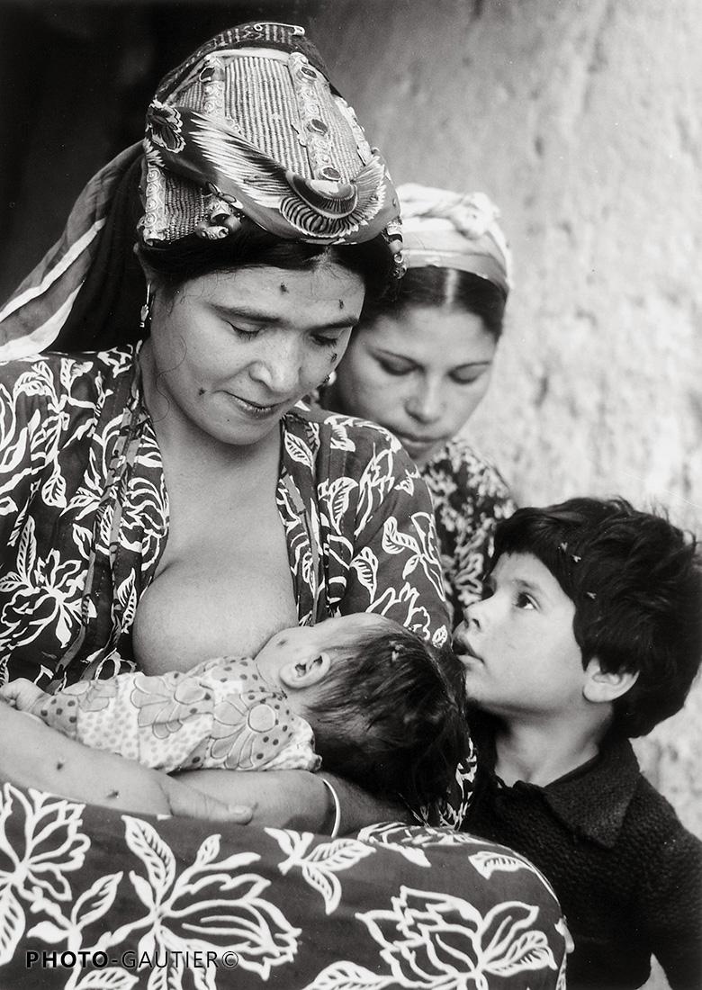 portrait famille bébé mère et fils fille allaitement mouches sein maternité robe à fleurs