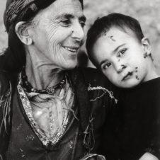 portrait photo d'une femme avec un enfant dans ses bras.
