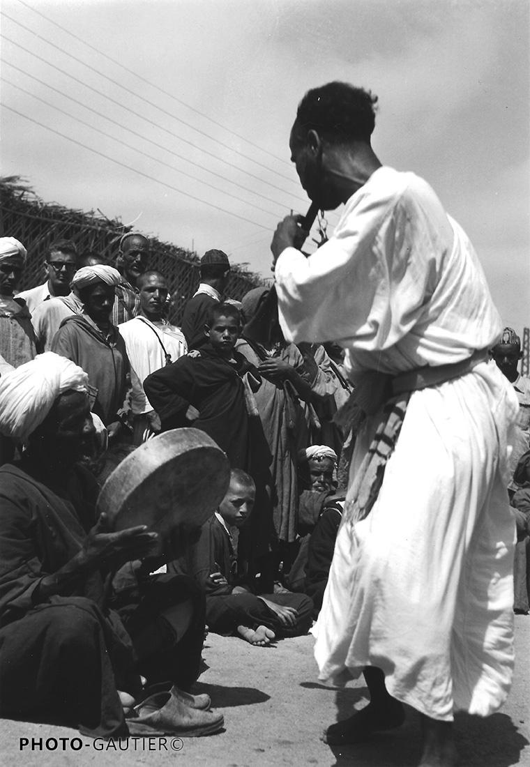 portrait scènes vie musicien musique danse fête flute tambourin public hommes grigris ghaita bendir